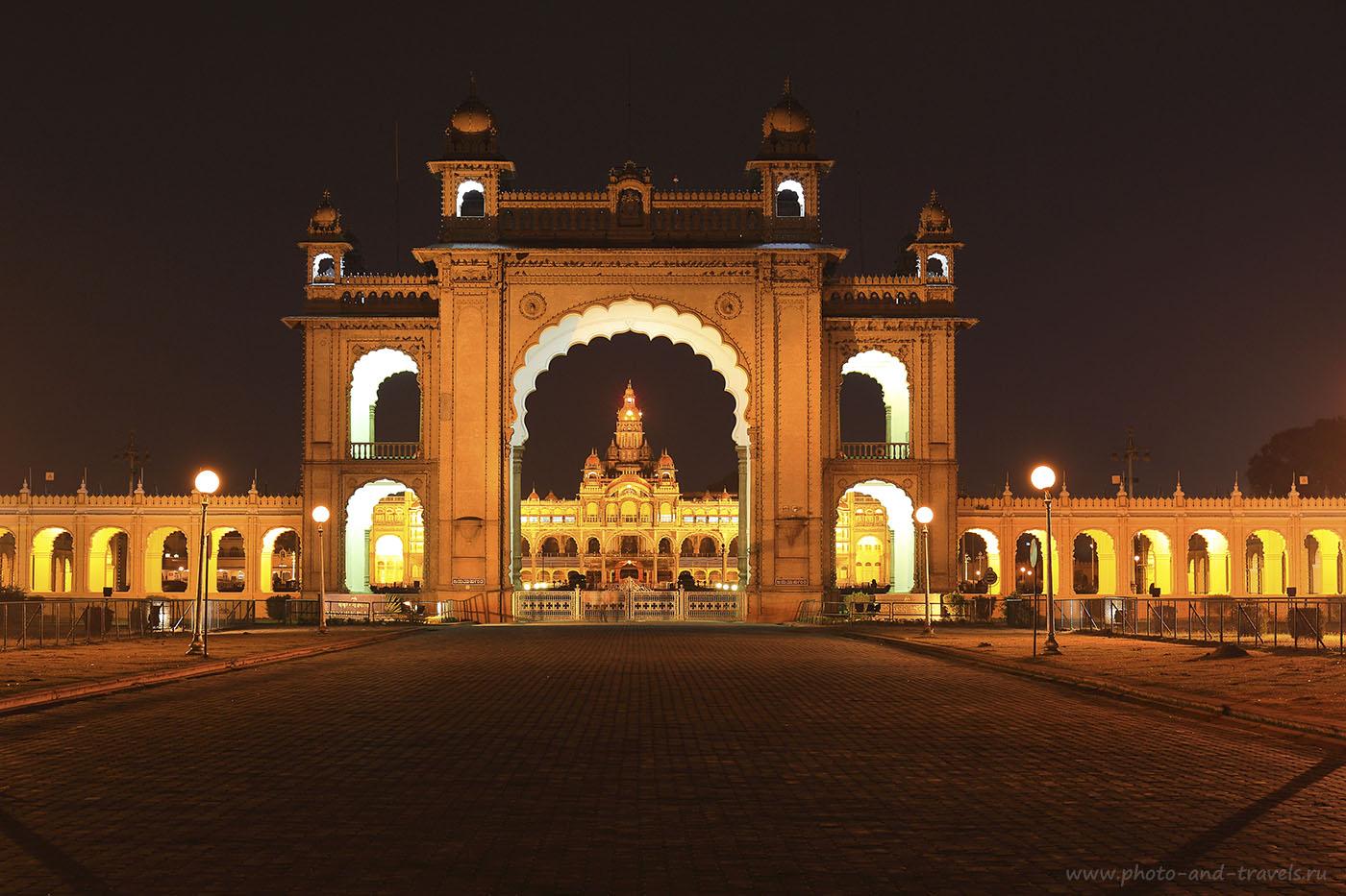 Фотография №21. Экскурсии в Майсур в штате Карнатака в Индии. Ночной дворец Амба Вилас сквозь арку ворот. 13 секунд, f/6.3, 100, ФР=53 мм.