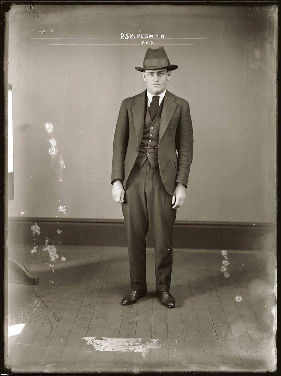 28.Смит - старший рядовых бойцов «стрелков» мафии. В пометке уголовного дела сказано: «Отличается способностями внушения, хитростью и беспощадностью к врагам мафии, очень метко стреляет»