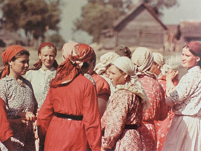 1942 год. Праздник Троицы в деревне на оккупированной территории. Фото А. Реммера (немецкий фотограф)
