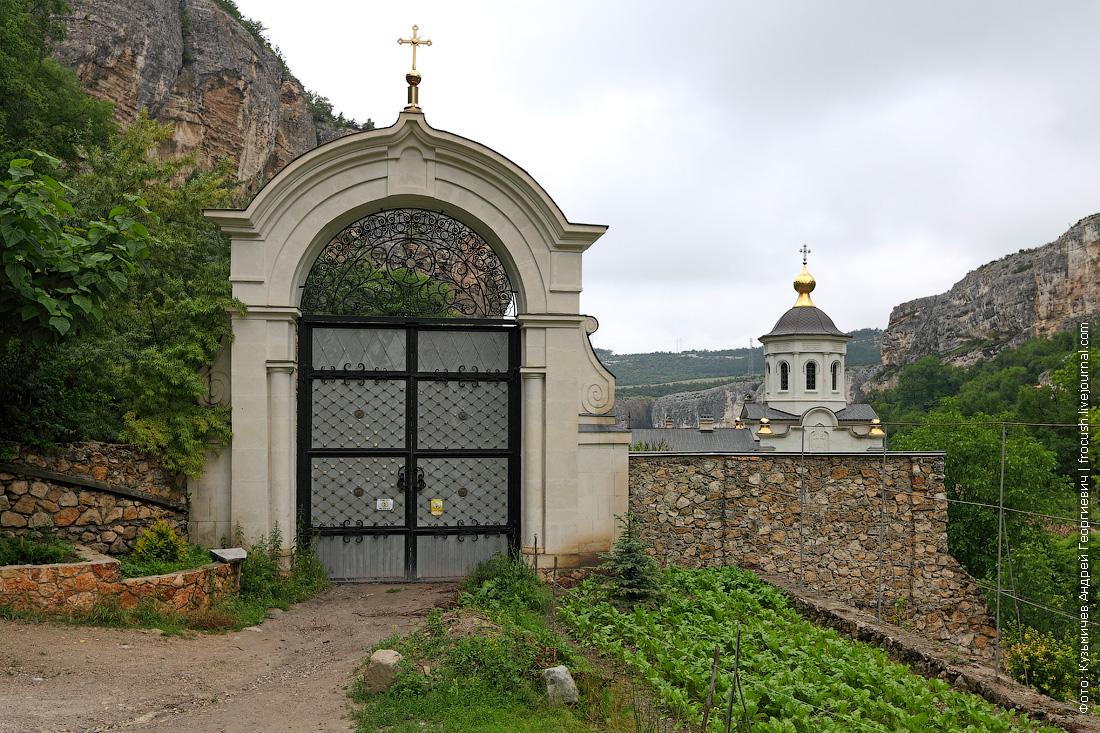 Ворота Свято-Успенского монастыря