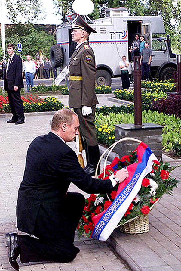 Владимир Путин в первый год его первого Президентства, открывает памятный камень погибшим из ВДВ, в День ВДВ. 2 августа 2000