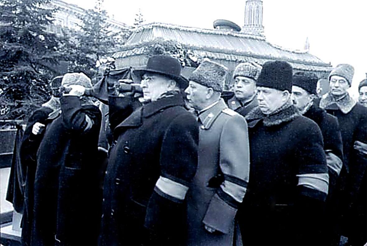 Члены Президиума ЦК КПСС вносят гроб с телом Вождя, Учителя и Генералиссимуса -- Иосифа Виссарионовича Сталина -- в Мавзолей.