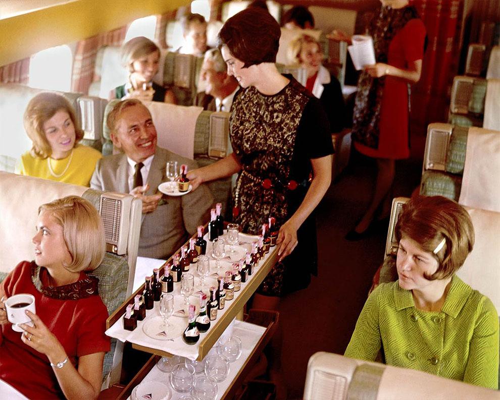 Стюардесса авиакомпании «Delta» в форме 1968-1970 гг. обслуживает пассажиров.jpg
