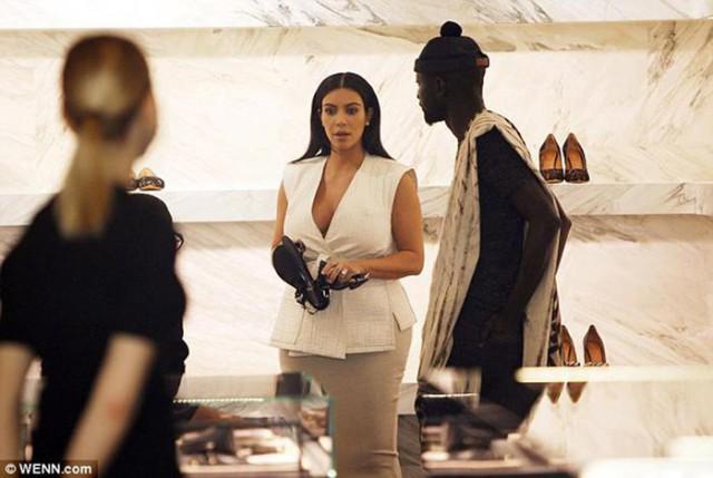 Беременная Ким Кардашян показала свой животик вкремовом элегантном костюме