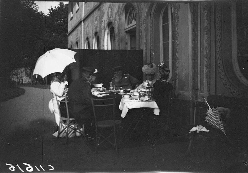 Общество за обеденным столом. В центре Великий Герцог Фридрих I Баденский, 1900