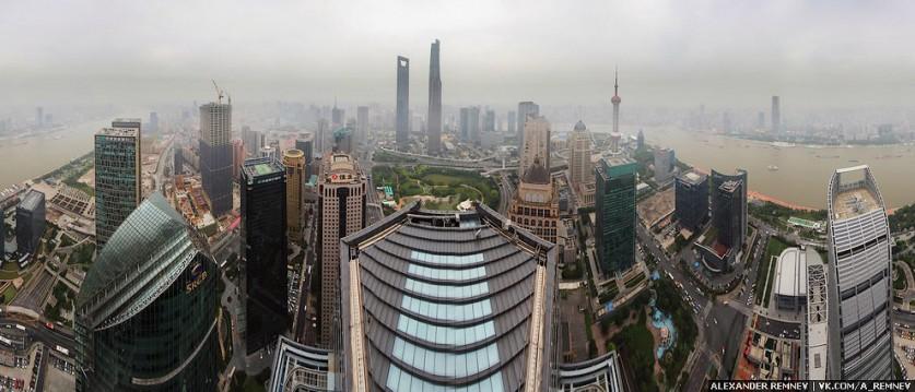 Шпиль возвышается над зданием примерно на 50 метров. На самом верху ощущается как шпиль качается))