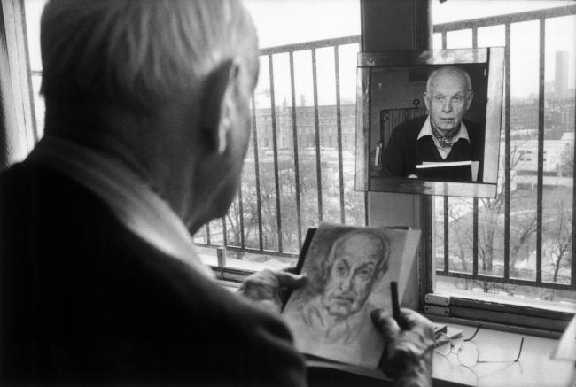 Анри Картье-Брессон рисует автопортрет, Франция, 1992. Снимок его жены, Мартины Франк