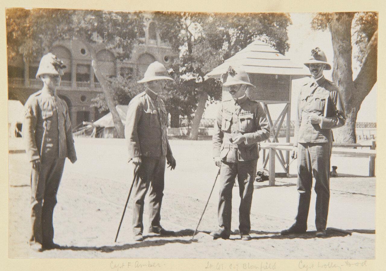 Офицеры Ланкаширского фузилерного полка возле бараков Каср-эль-Нил. Каир