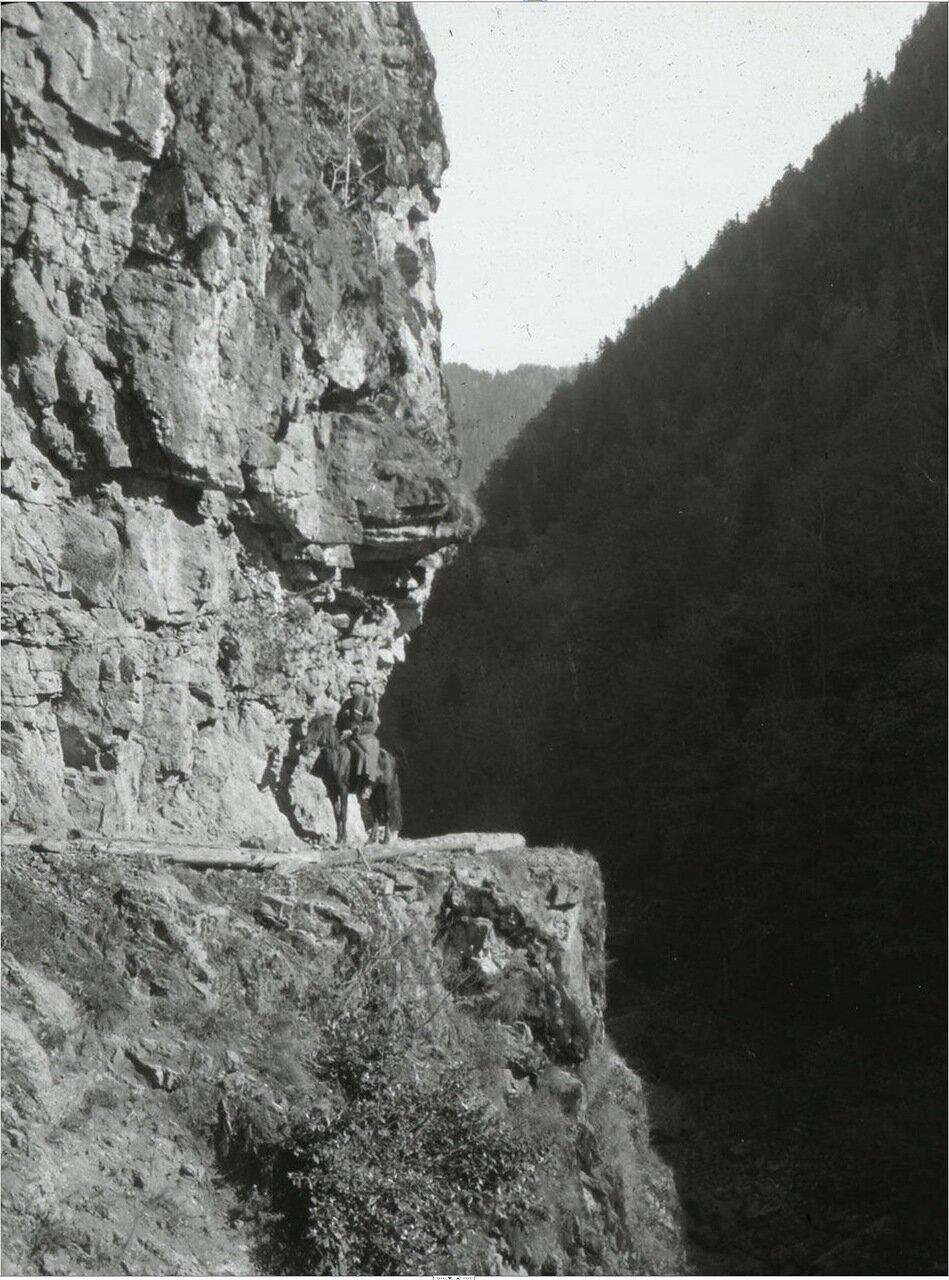 Горный проход в ущелье Ленжери