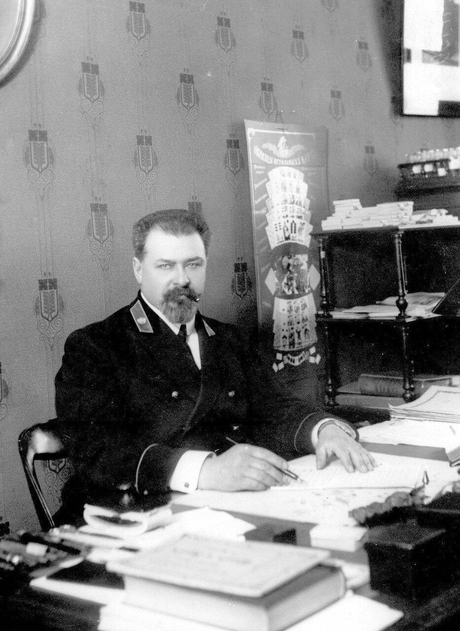 18. Служащий фабрики в рабочем кабинете.1913