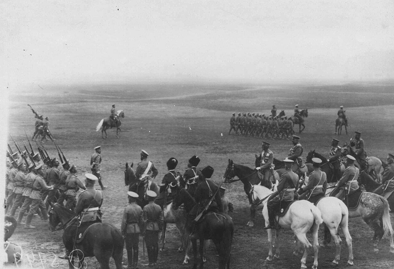 21. Император Николай II, великий князь Николай Николаевич с сопровождающими лицами на параде войск лагерного сбора. 30 июля 1912