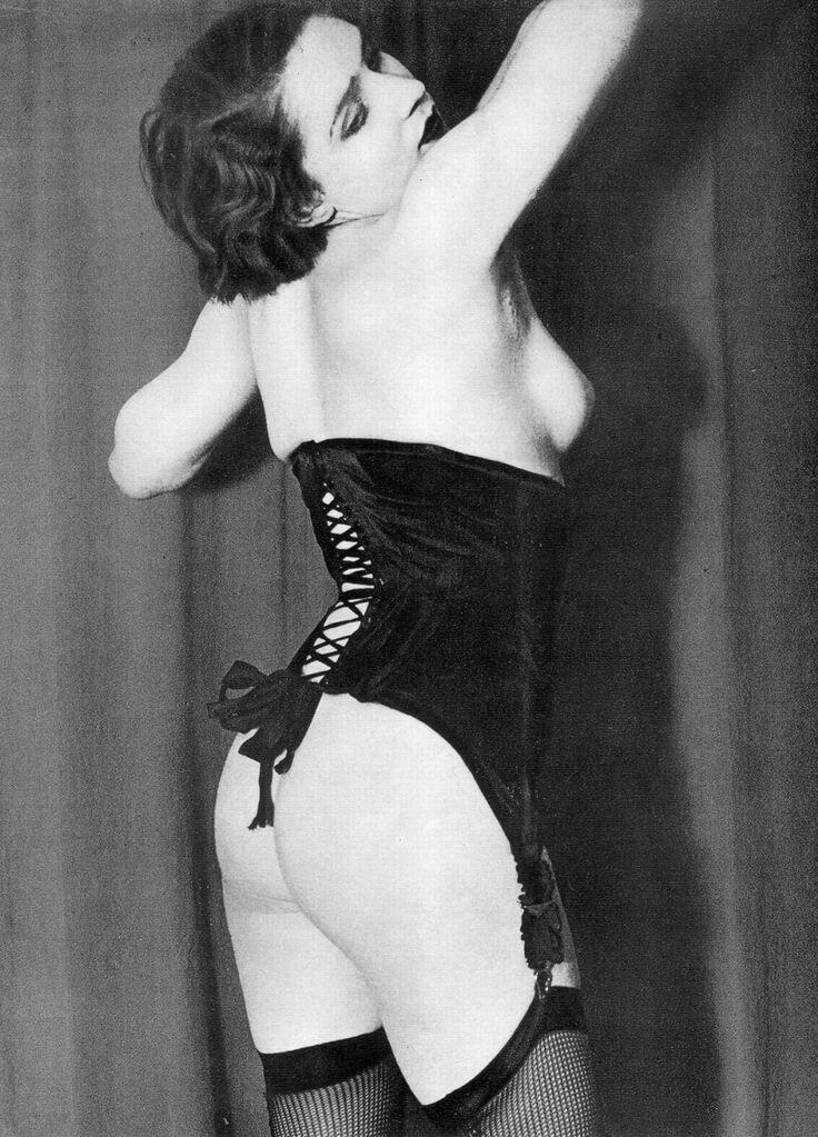 1932.  Реклама нижнего белья французской фирмы «Diana Slip». Черный корсет