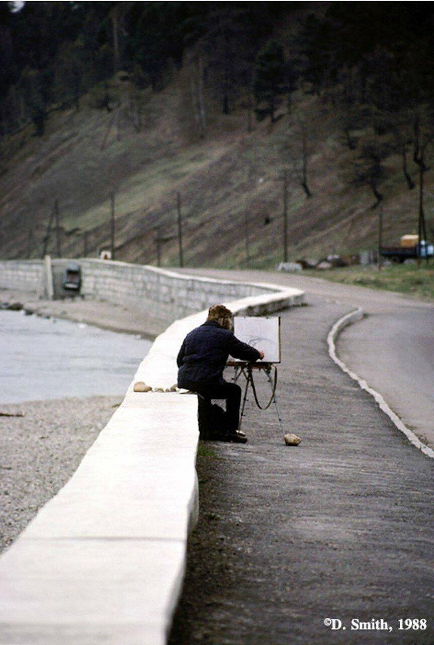 Художник делает эскиз на берегу озера Байкал в поселке Листвянка