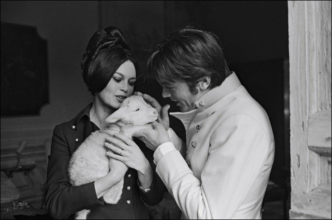 1967. Ален Делон и Брижит Бардо на съемках фильма «Три шага в бреду»