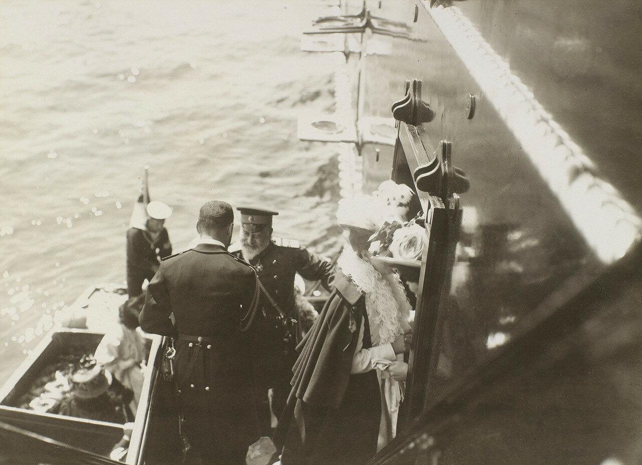 14. Николай II приветствует короля Эдварда VII, поднимающегося на борт Императорской яхты «Штандарт»
