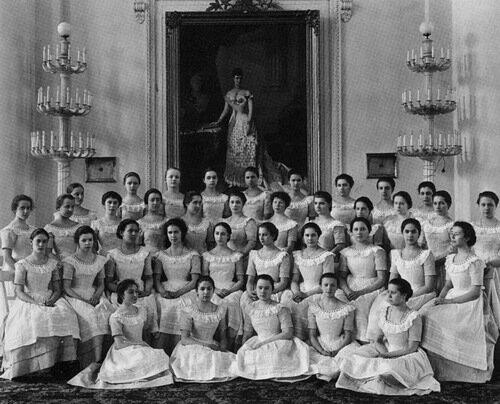 Воспитанницы Смольного института благородных девиц