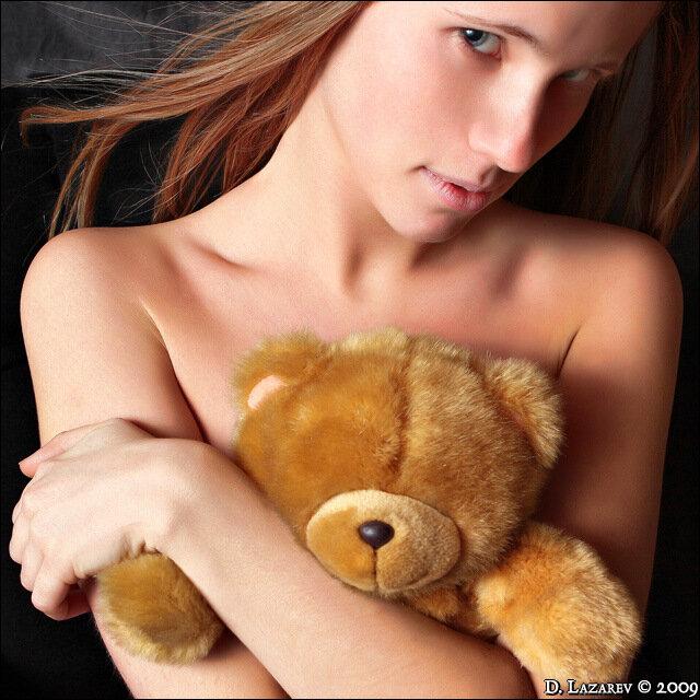 Парень девушкой парень насилует девушку на кровати
