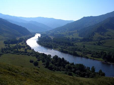 Извилистой лентой протянулась на десятки километров река.