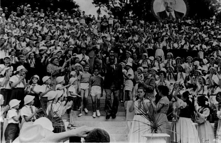 """Поль Робсон выступает в  """"Артеке"""" перед детьми в 1958<br ></img> г."""