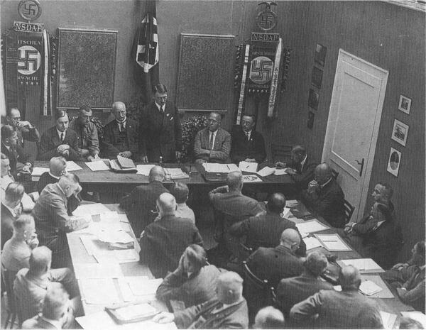 Заседание президиума НСДАП в Мюнхене в 1928 г. В президиуме второй слева Альфред Розенберг, в центре Адольф Гитлер, крайний справа Генрих Гиммлер.