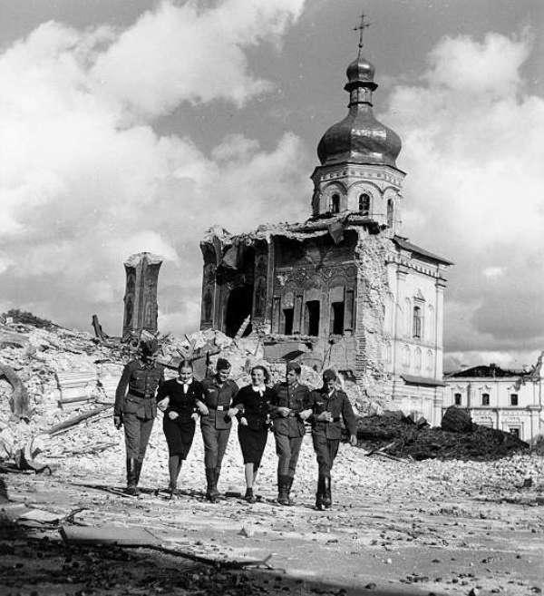 Немецкие солдаты на фоне взорванного Успенского собора в Киево-Печерской лавре.