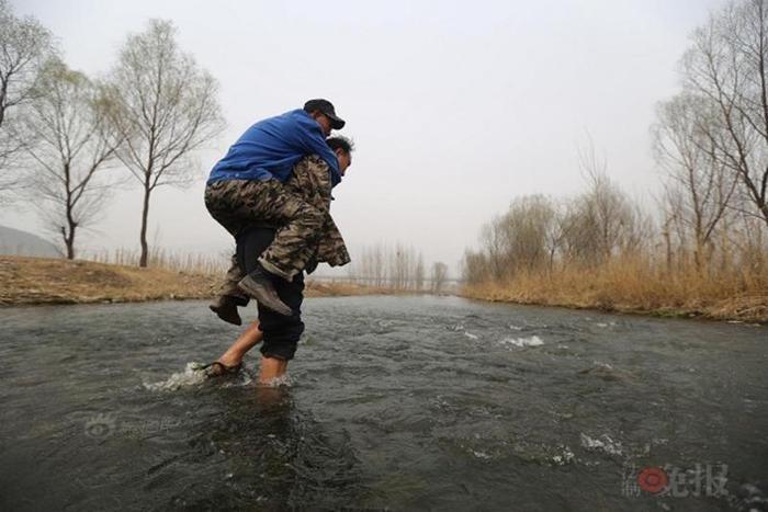 Супермены: в Китае два инвалида спасают деревню от потопа 0 1308bf 8bb79d8a orig