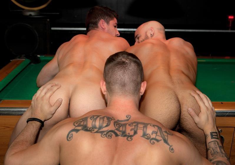 группа парней с голыми попками