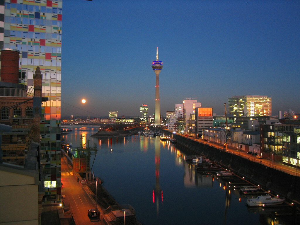 Full moon over Düsseldorf Medienhafen.jpg
