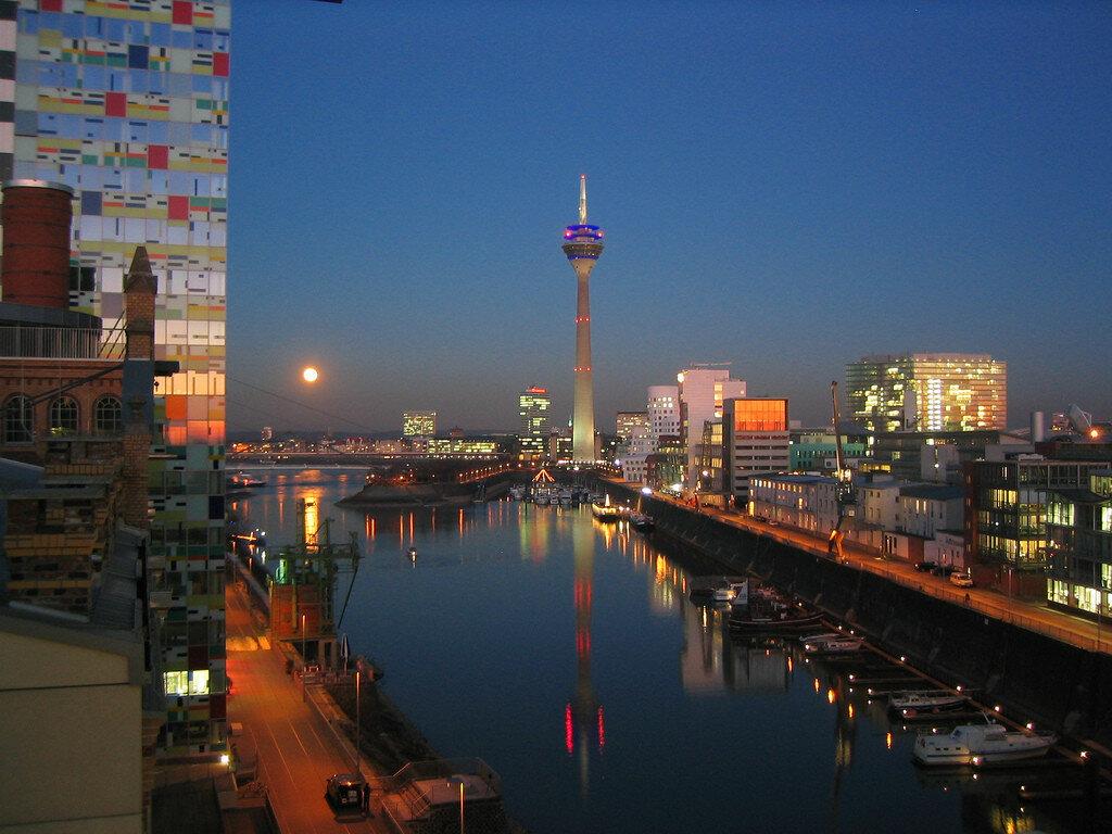 Full moon over Düsseldorf Medienhafen.jpg