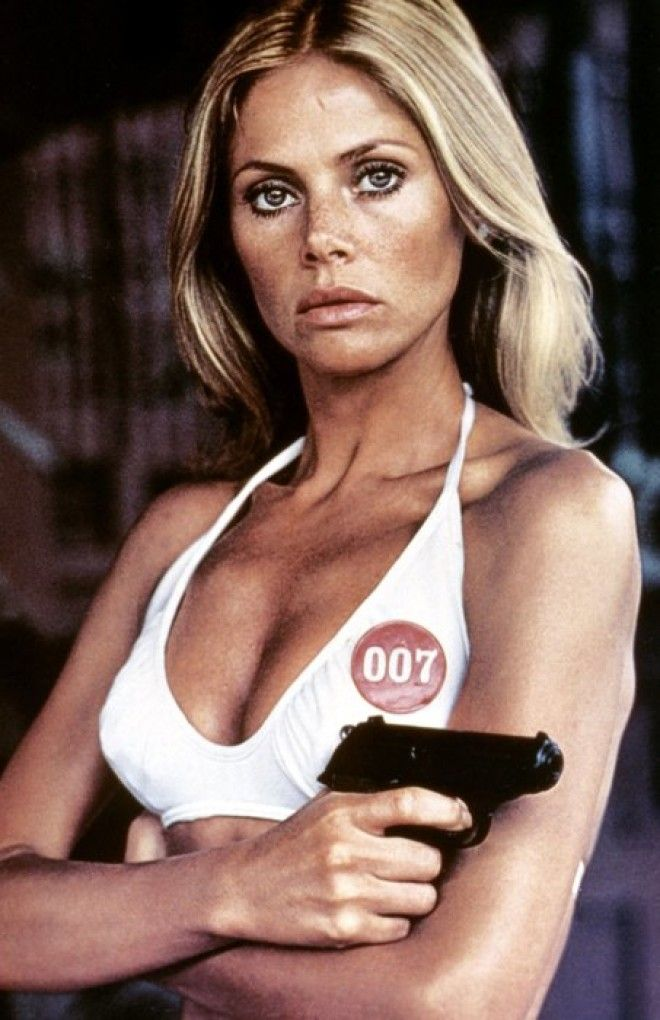 Шведка сыграла агентессу MI6 Мэри Гуднайт, которая помогает Бонду убегать от злодеев с разрушающегос