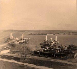 Вид миноносок (специальных минных судов) и поповок (артиллерийских плавучих батарей) на рейде. Севастополь