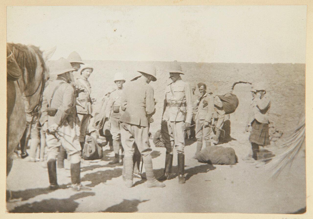 Сирдар (главнокомандующий лорд Китченер), генерал-лейтенант Гатакр, лейтенант Р. Брук, 7-й гусарский полк, капитан Уотсон