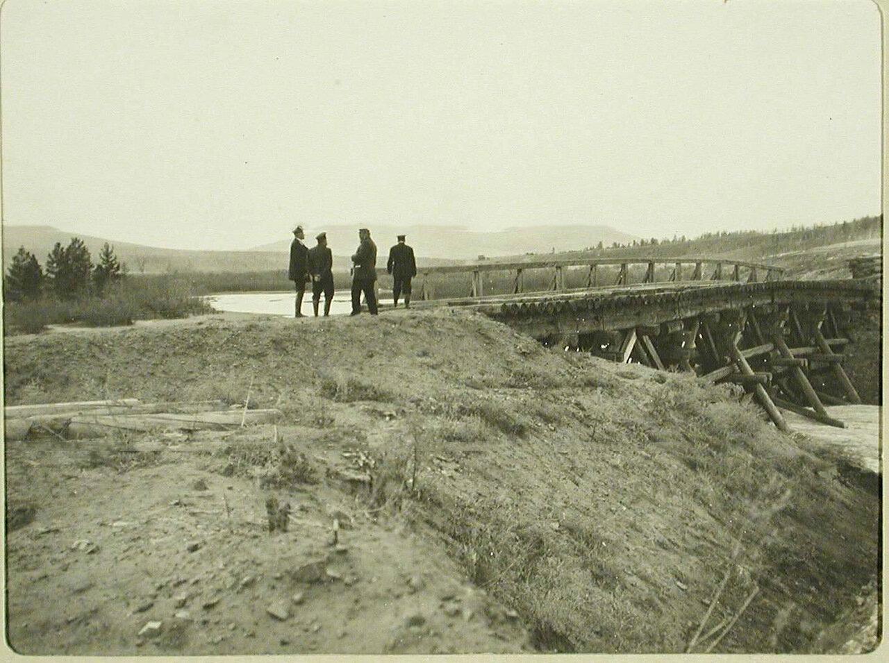 47. Группа чиновников у старого деревянного моста. Китайский разъезд