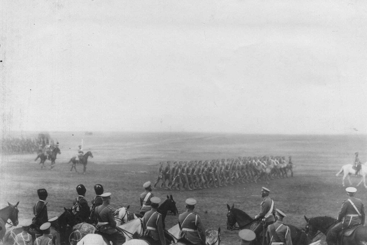 19. Император Николай II, великий князь Николай Николаевич с сопровождающими лицами на параде войск лагерного сбора. 30 июля 1912