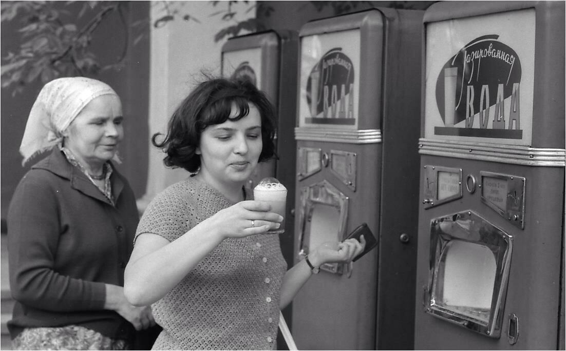 1966. Москва, ВДНХ . Автоматы по продаже газированной воды