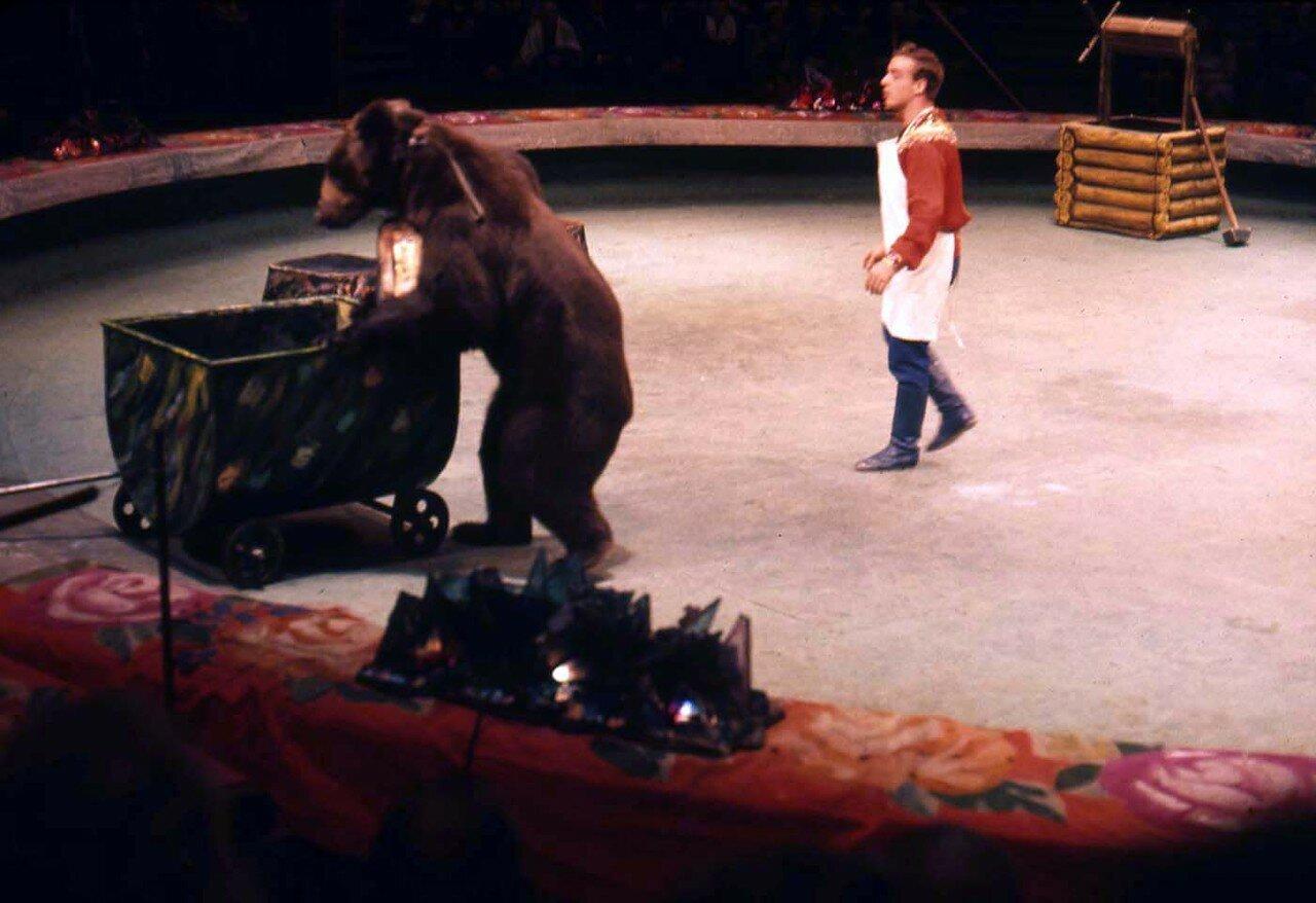 15. Московский цирк. дрессированный медведь с укротителем.jpg