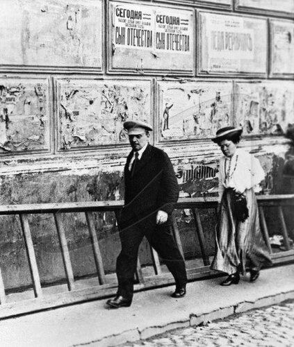 Владимир Ленин и Мария Ульянова направляются на заседание
