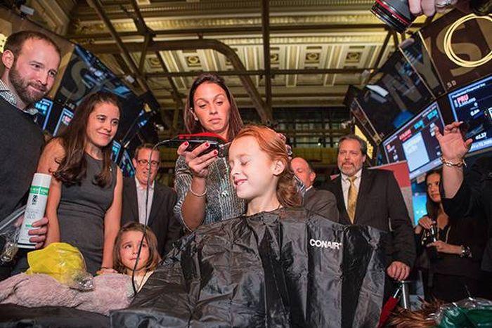 Маленькая девочка побрила голову, чтобы поддержать больную сестру