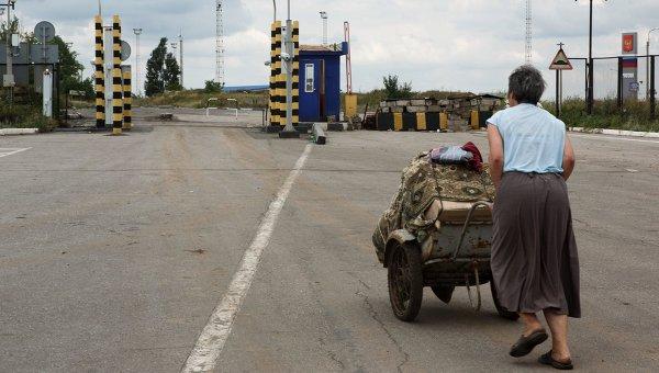 Беженка на пограничном пункте пропуска Изварино в Луганской области. Архивное