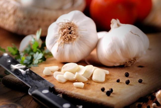 Желанный аромат лука ичеснока выветривается современем, поэтому лучше ихнарезать непосредственно