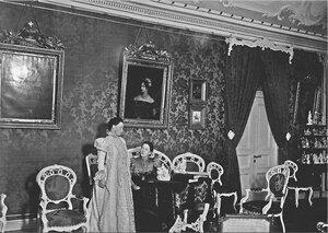 Графиня Н. Ф. Карлова с сестрой княгиней Е. Ф. Цертелевой в Малиновой гостиной Большого дворца
