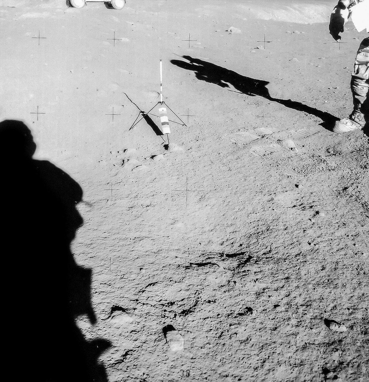 Место первой геологической остановки (Станция 1) было удалено от лунного модуля более, чем на три километра, и тем не менее у Скотта и Ирвина ещё было много кислорода и времени для полевых исследований. На снимке: Станция 1
