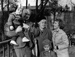 Дед Андрей, мама, Сашуля, Ромка и Митя у памятника 1200 гвардейцам, Калининград, 9 мая 1977 г.