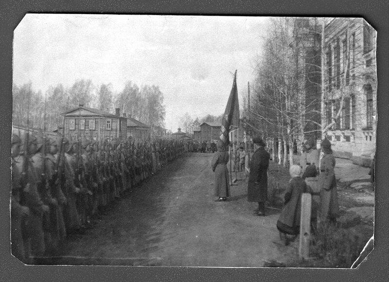 Передача знамени 25-ой Томской пехотной школы знаменщику школы