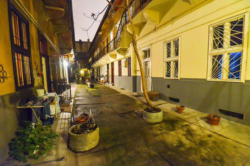 58. А так выглядит точно такой же, но ухоженный будапештский дворик рядом с руин-баром.