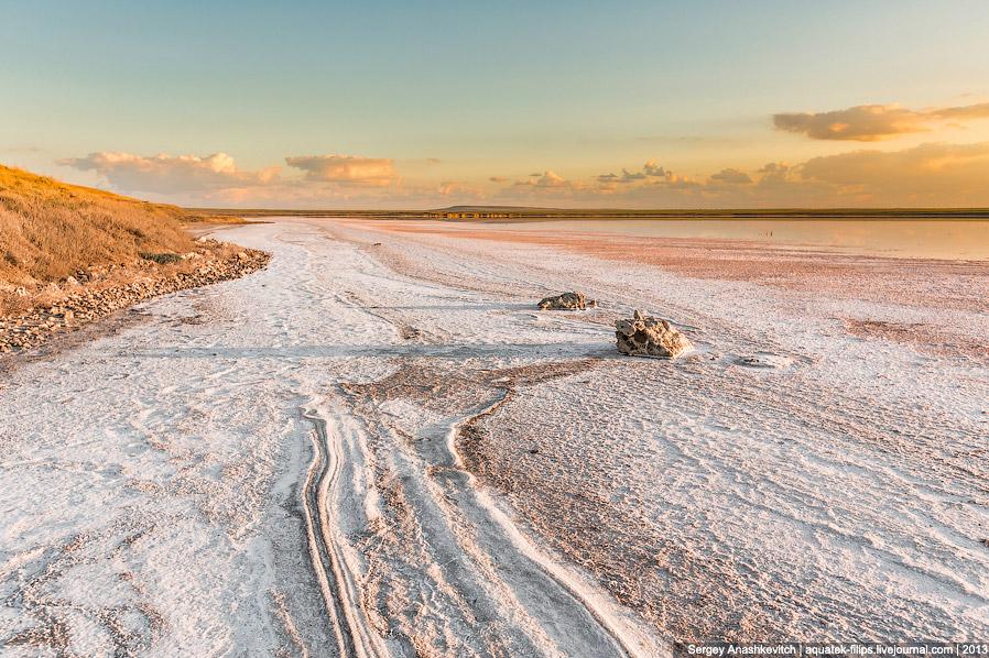 Весной здесь была вода. Именно в этом месте сделано фото № 5. Теперь соляная пустыня, через которую