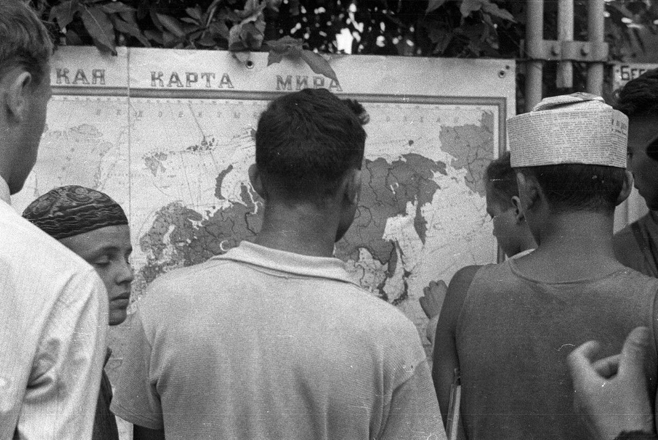 67. У политической карты мира