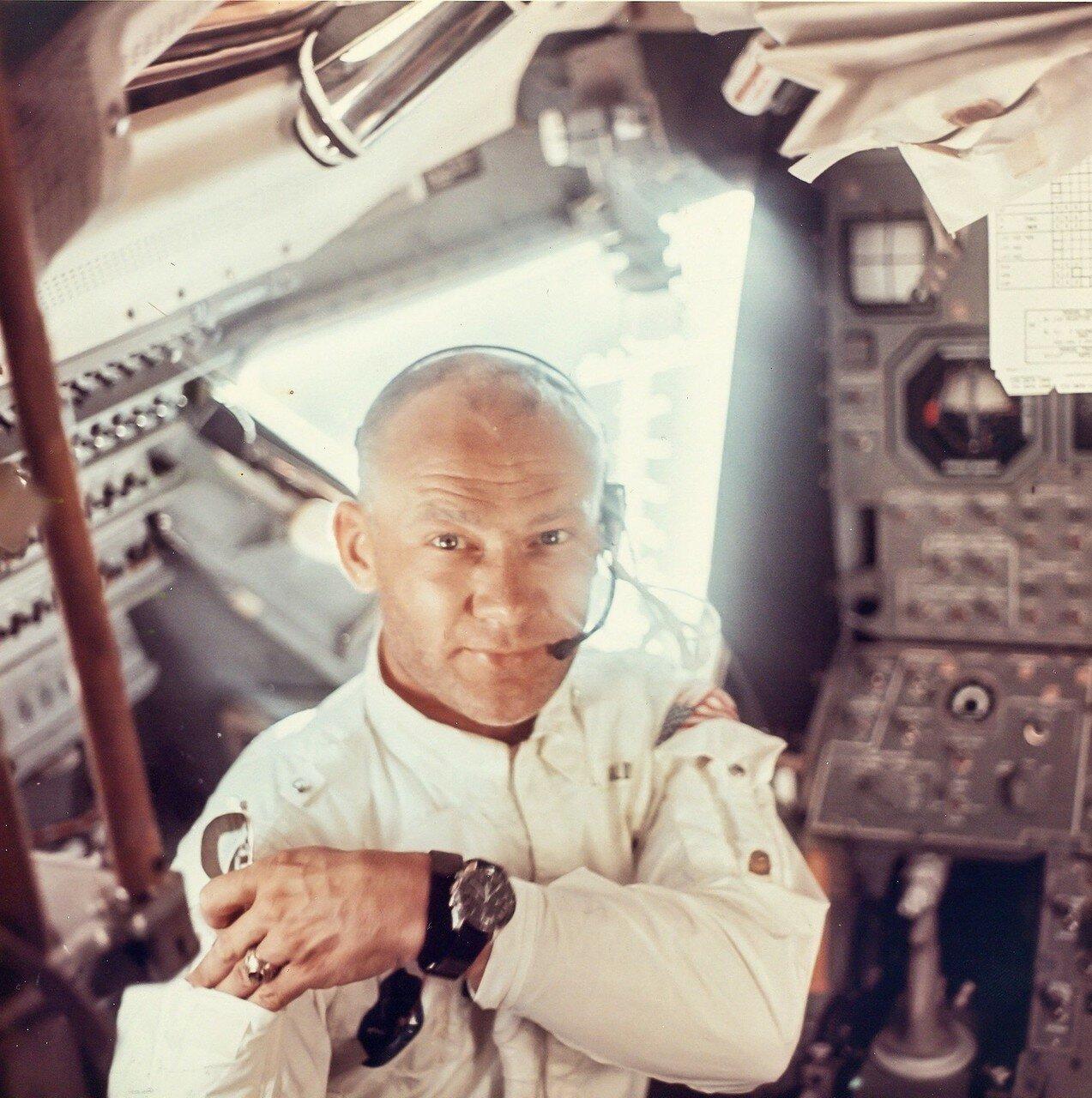 В 25 часов 00 минут 53 секунды полётного времени «Аполлон-11» преодолел ровно половину расстояния от Земли до Луны, пролетев 193 256 км.  На снимке: Внутри лунного модуля «Орел» во время полета на Луну Аполлона-11