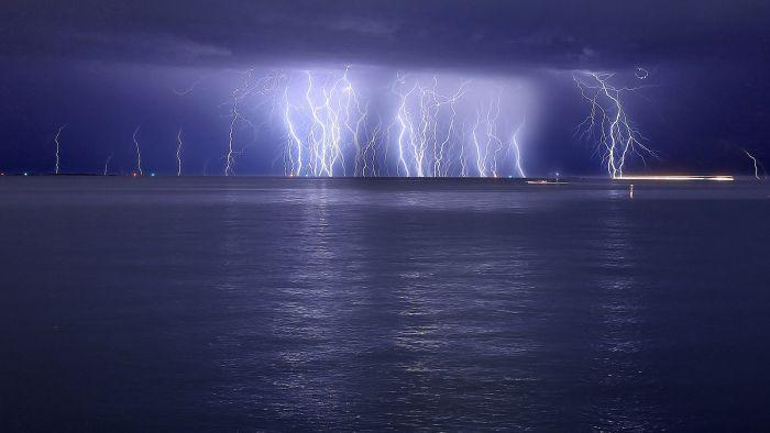 Красивые фотографии молний в самых разных местах и ситуациях 0 a5529 91ce7b95 orig