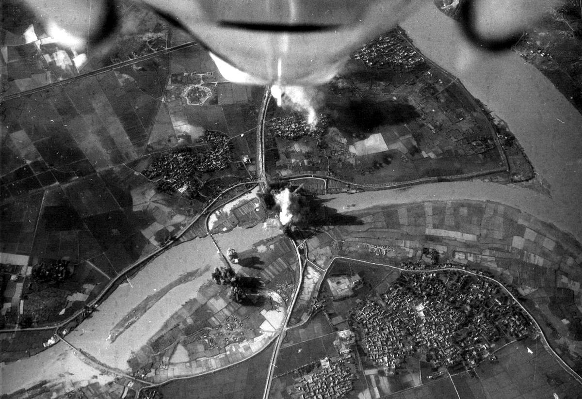Американский лёгкий палубный штурмовик ВМС США Douglas A-4 Skyhawk наносит удар по железнодорожному мосту в 10 километрах к северу от Thanh Hoe, Северный Вьетнам